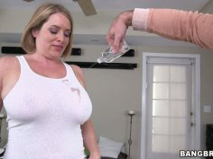 Plump Caucasian mommy Maggie Green gets her boobies sucked