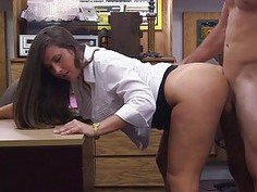 Big butt babe screwed by horny pawn guy